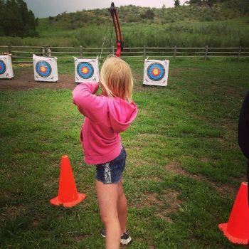 tiro con arco una de las actividades escolares para niños