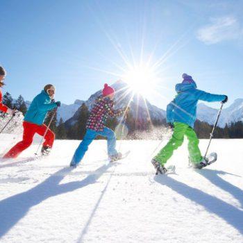 actividades de invierno en grupo en la nieve